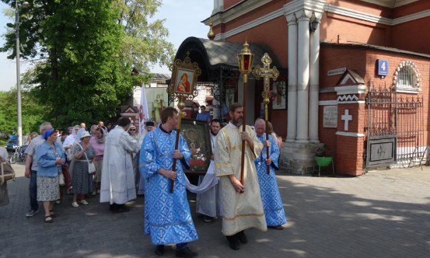 Крестный ход в день празднования иконы Божией Матери «Неупиваемая Чаша»